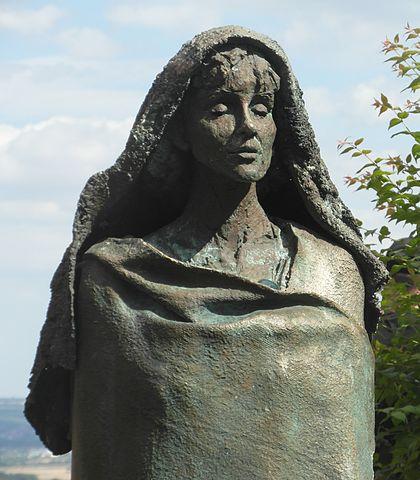 Statue d'Hildegarde par Karlheinz Oswald à l'entrée de l'abbaye d'Eibingen. Photo : Gerda Arendt