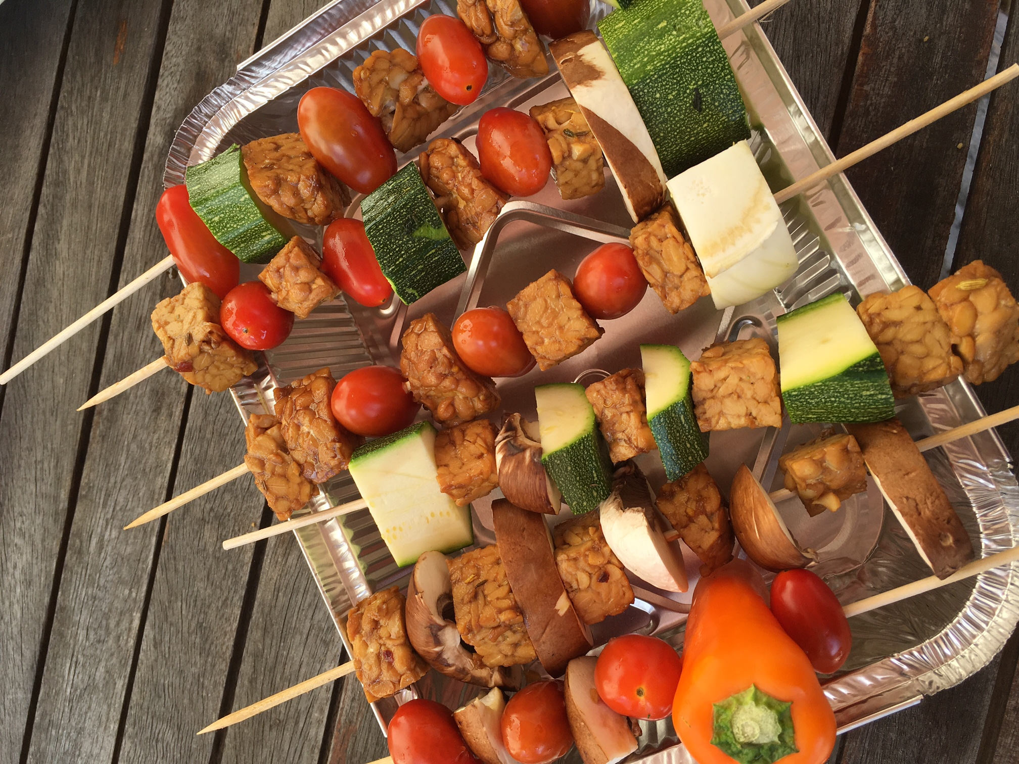 les brochettes de légumes et de tempeh de Veggie Maman